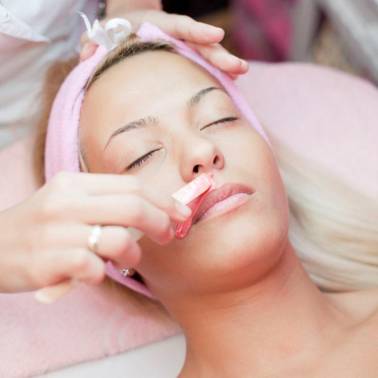 Sử dụng phương pháp waxing để tẩy ria mép