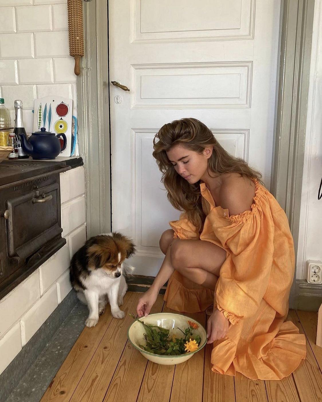 Nightgown màu cam nhún bèo vai