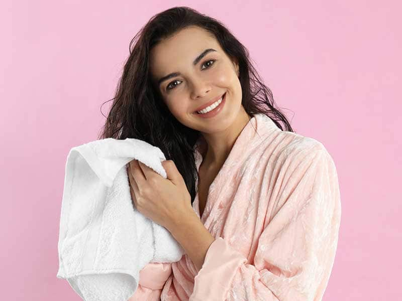 Dùng khăn bông để lau khô tóc sau khi gội