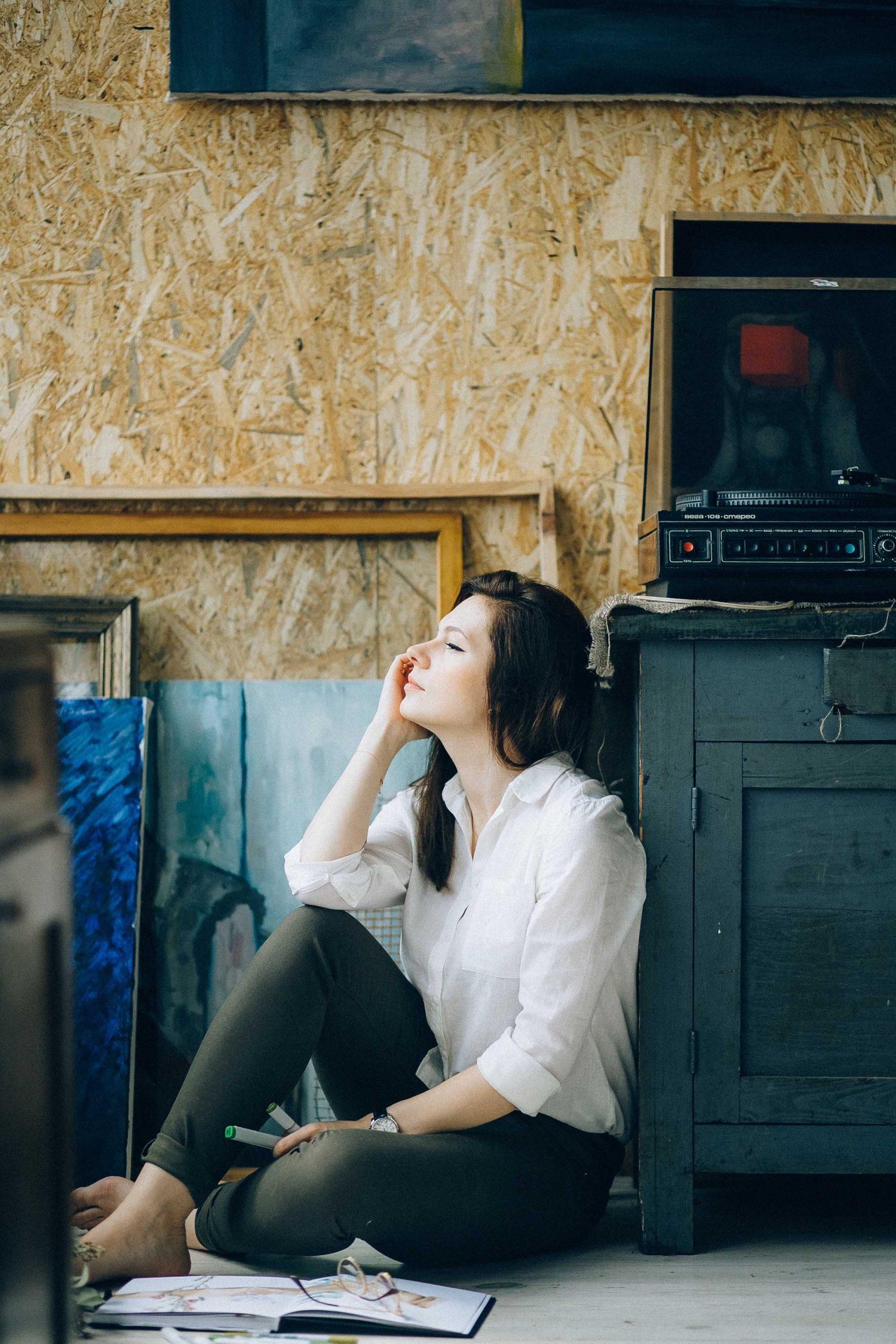 Cô gái cung hoàng đạo Thiên Yết cảm thấy thư giãn khi ở một mình