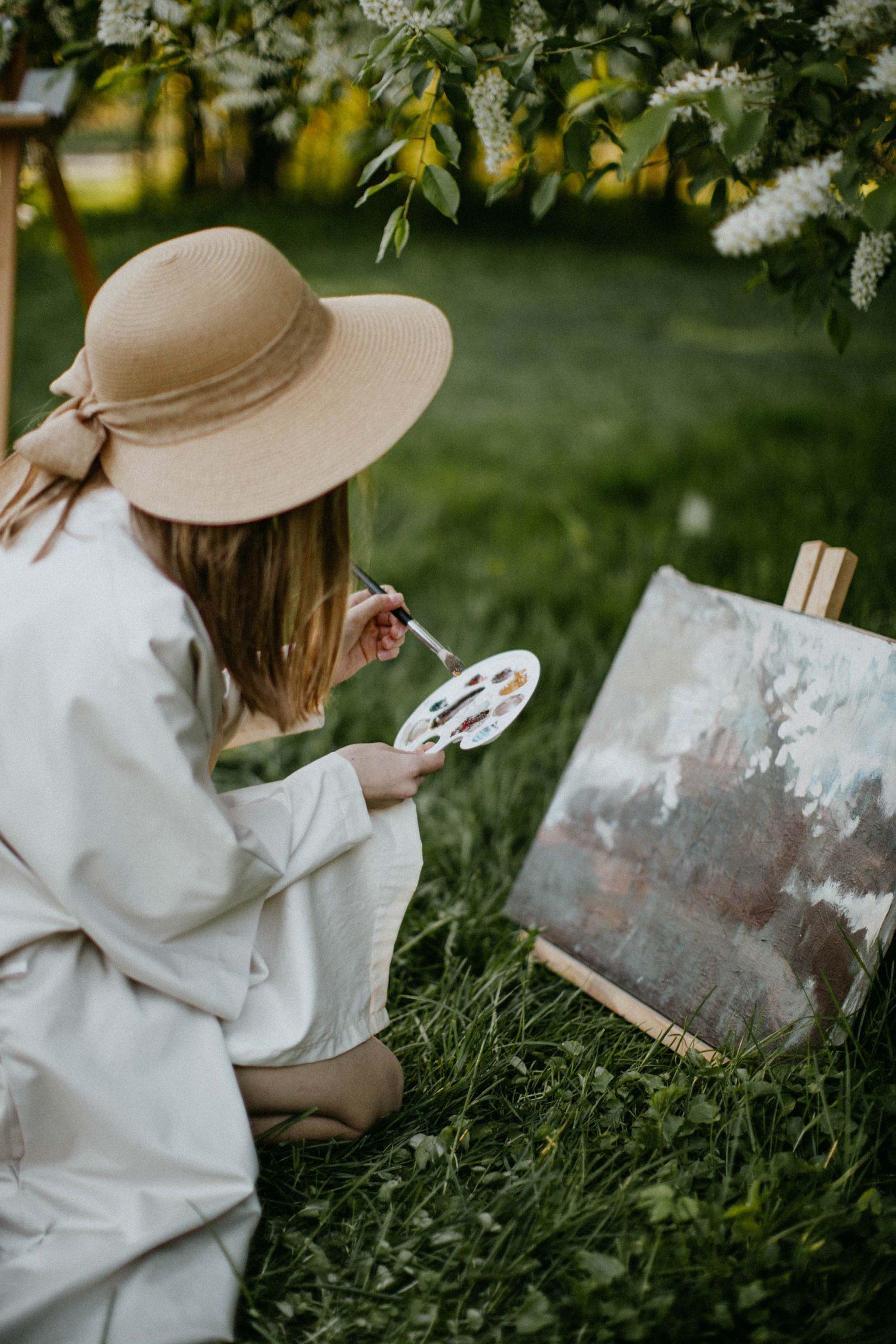 Cô gái cung hoàng đạo Sư Tử thư giãn bằng cách vẽ tranh