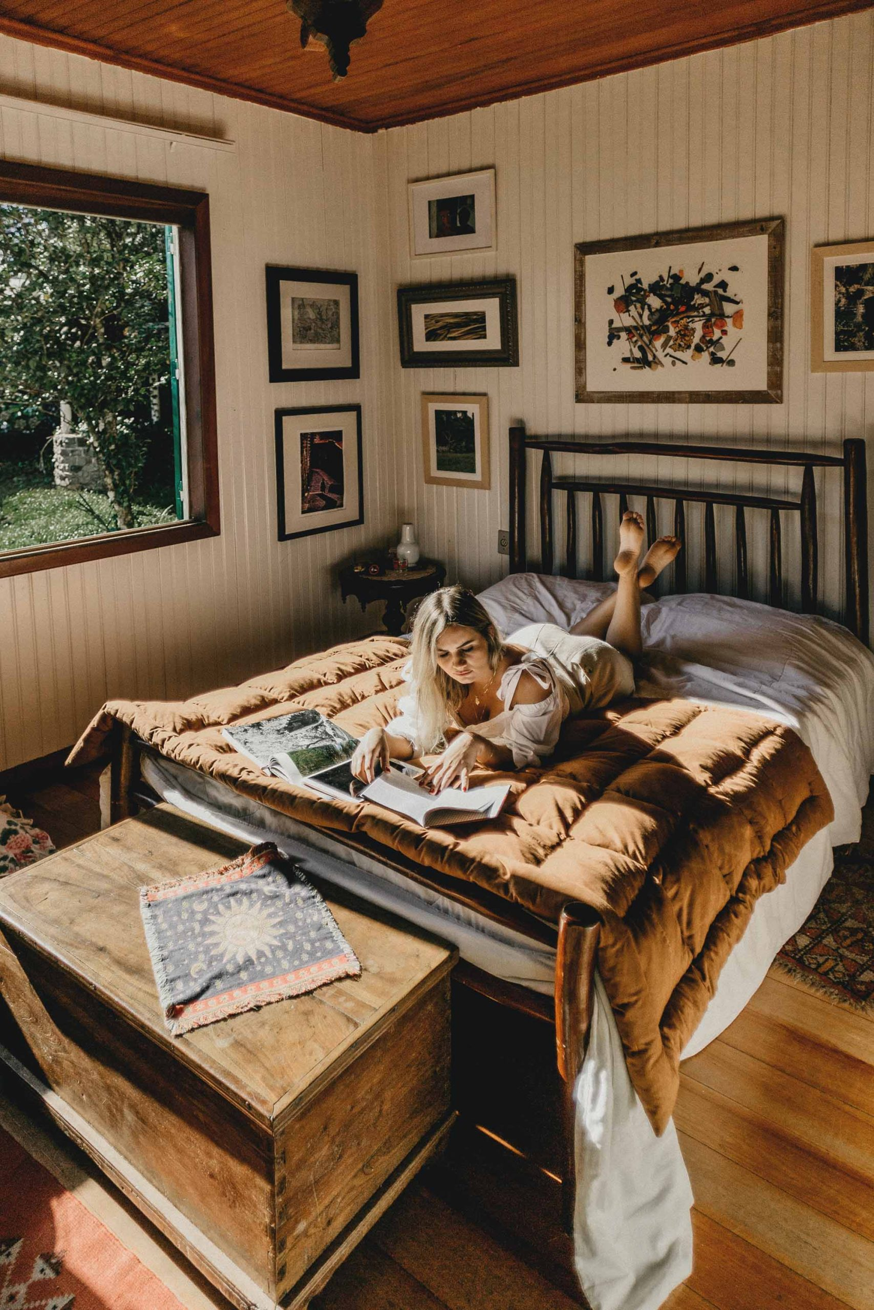 Cô gái cung hoàng đạo Xử Nữ chọn đọc sách để thư giãn