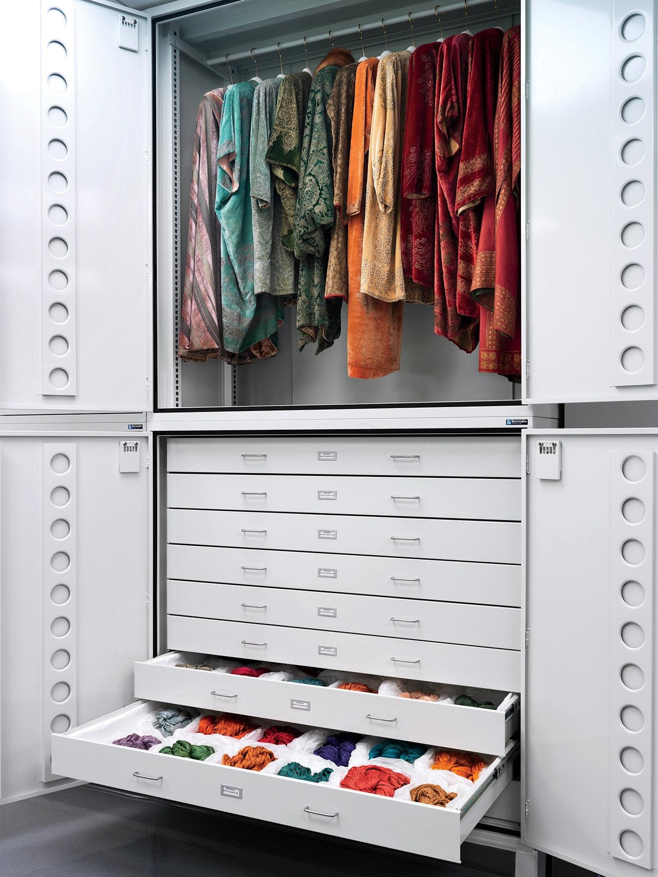 dọn dẹp quần áo theo màu sắc