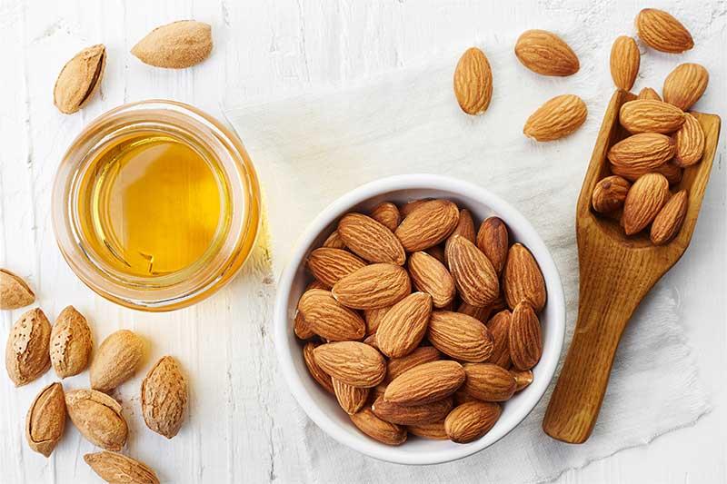 Son dưỡng môi từ mật ong và tinh dầu hạnh nhân