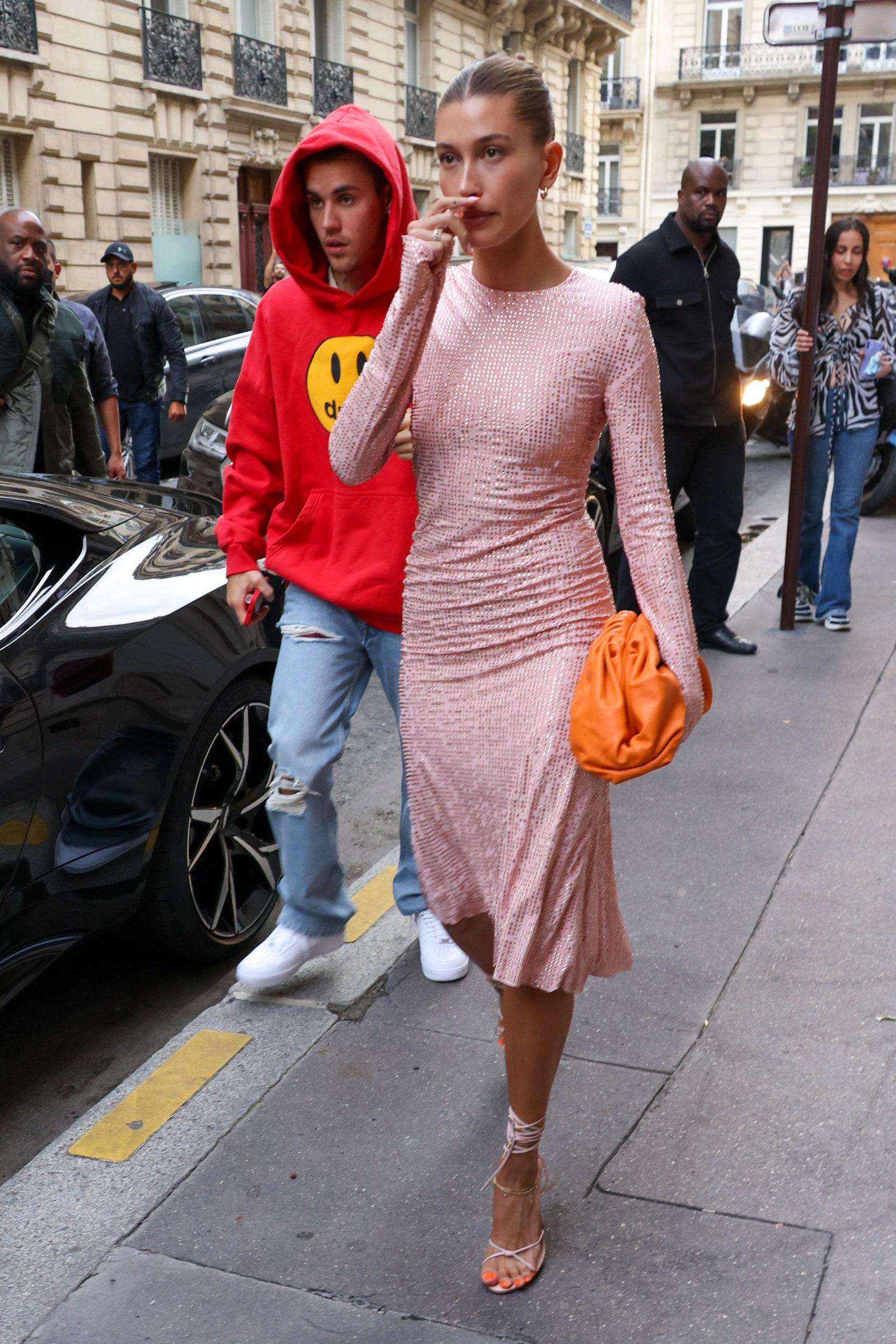 Hailey Baldwin váy hồng
