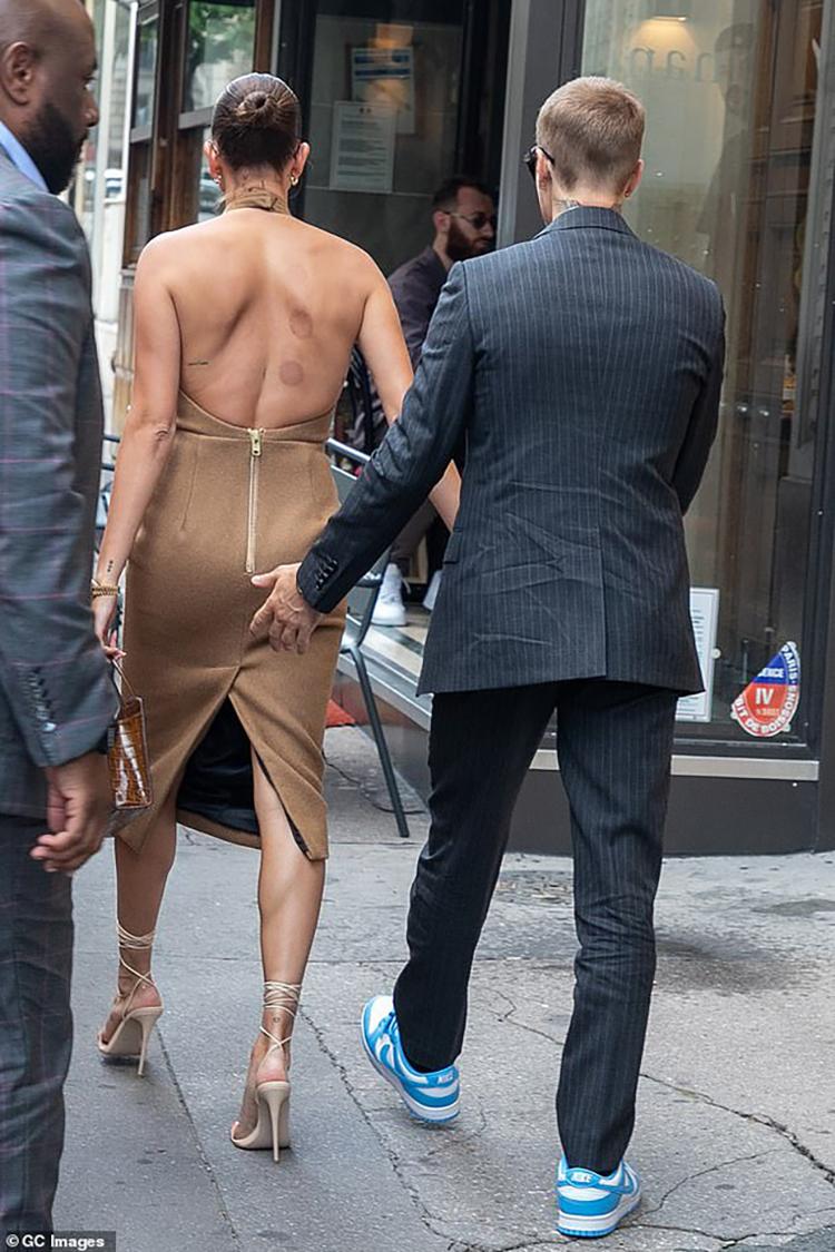 Vợ chồng Bieber trước cuộc gặp tổng thống Pháp
