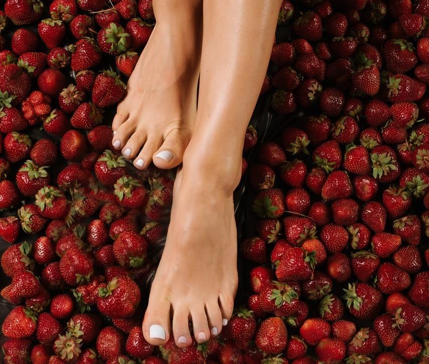 """Tình trạng """"Strawberry legs"""" hay còn gọi là viêm nang lông vùng chân"""