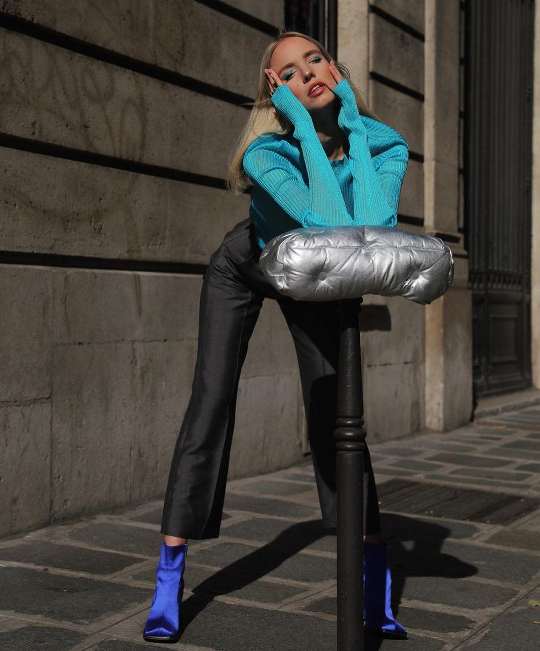 áo xanh lam phối quần đen