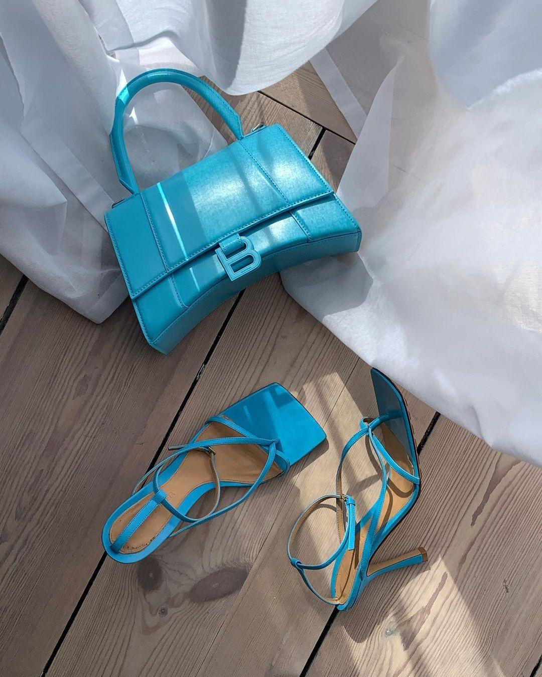 túi xách và giày xanh lam