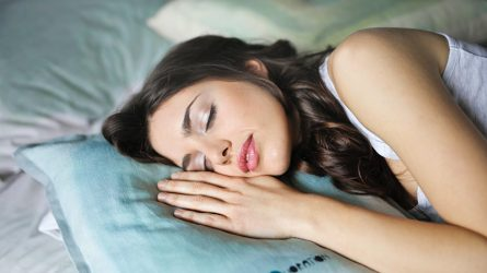 Ngủ dưới ánh sáng có gây ảnh hưởng đến sức khỏe không?