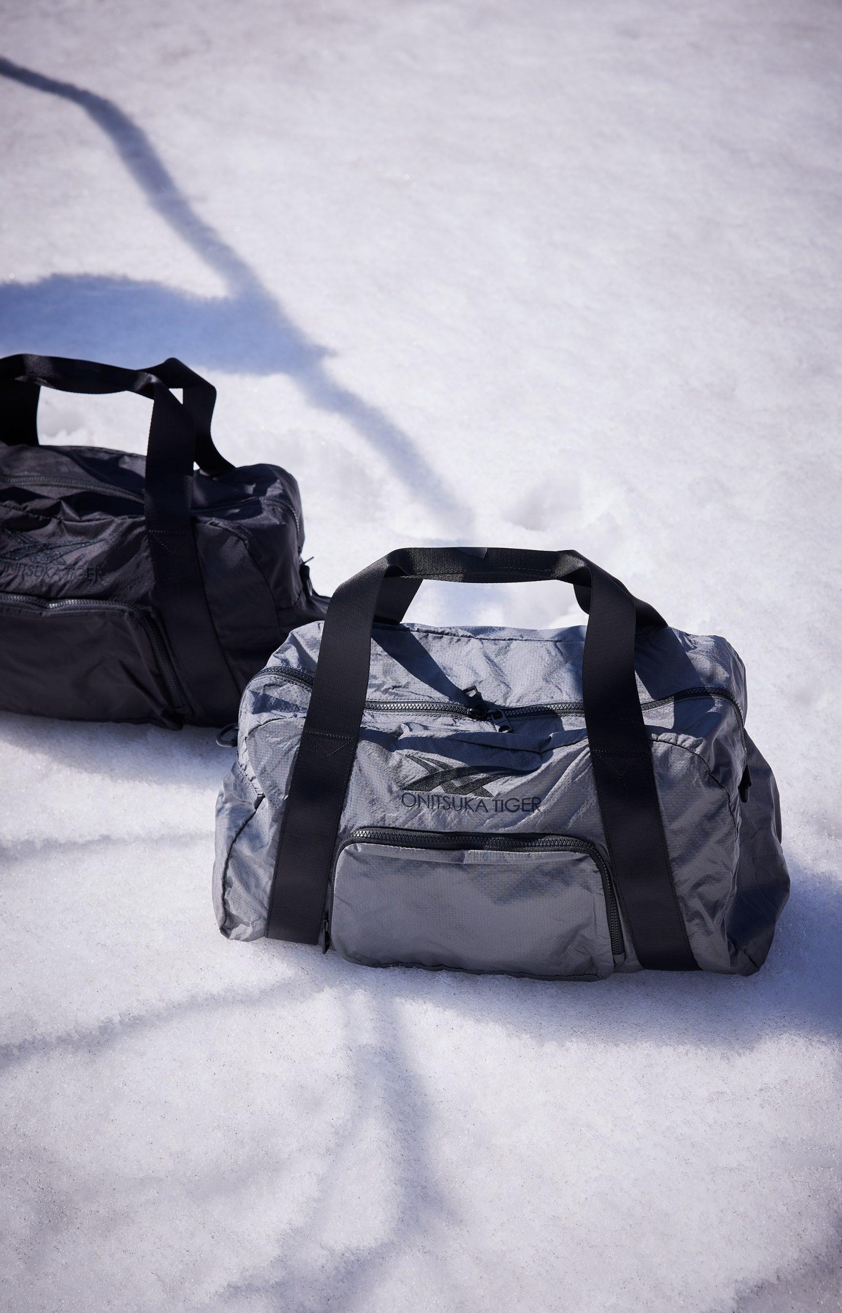 túi xách xám và đen