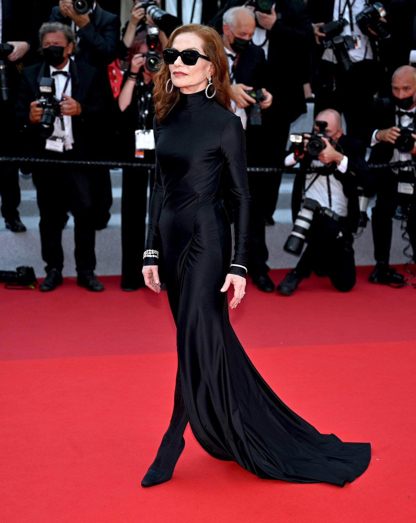 Isabelle Huppert diện thiết kế đầm Balenciaga