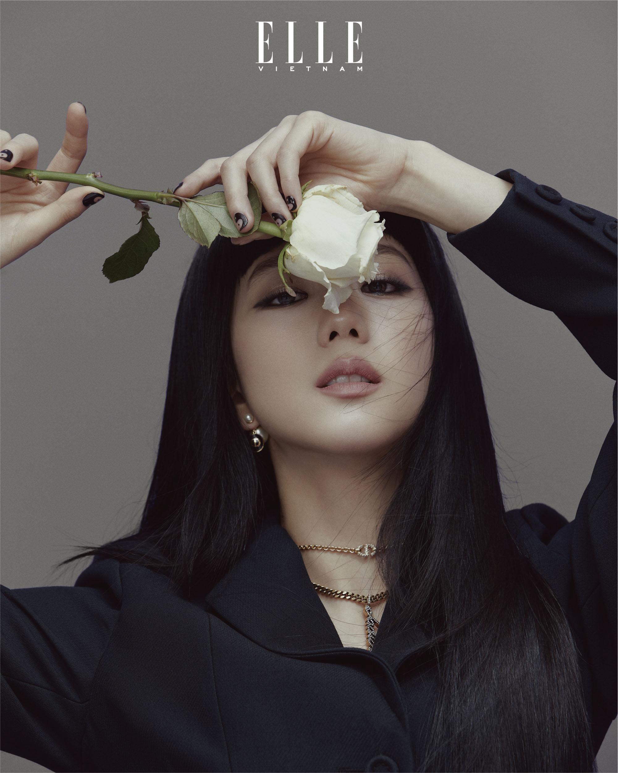 jisoo blackpink cầm bông hoa hồng