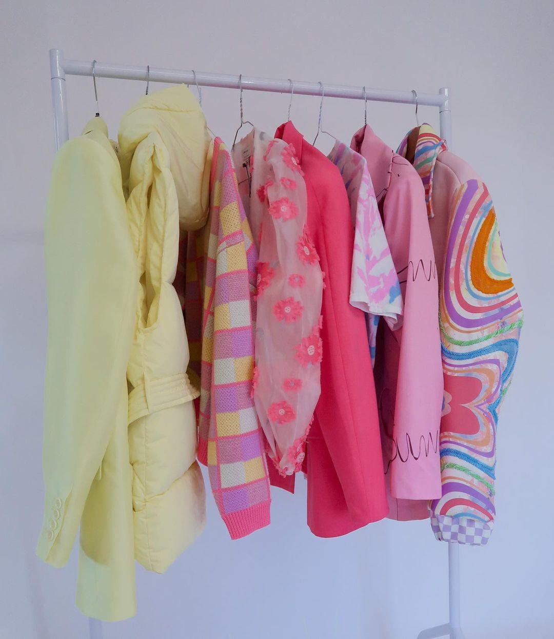 quần áo gen z nhiều màu và hoạ tiết
