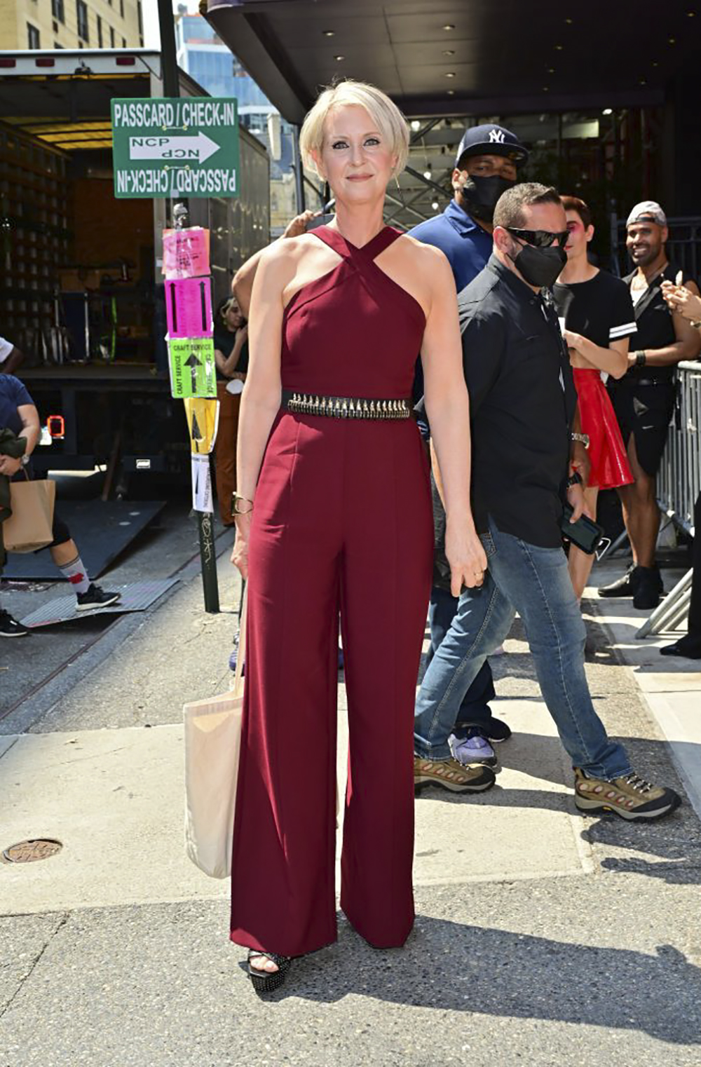 cynthia nixon outfit sex and the city reboot jumosuit đỏ