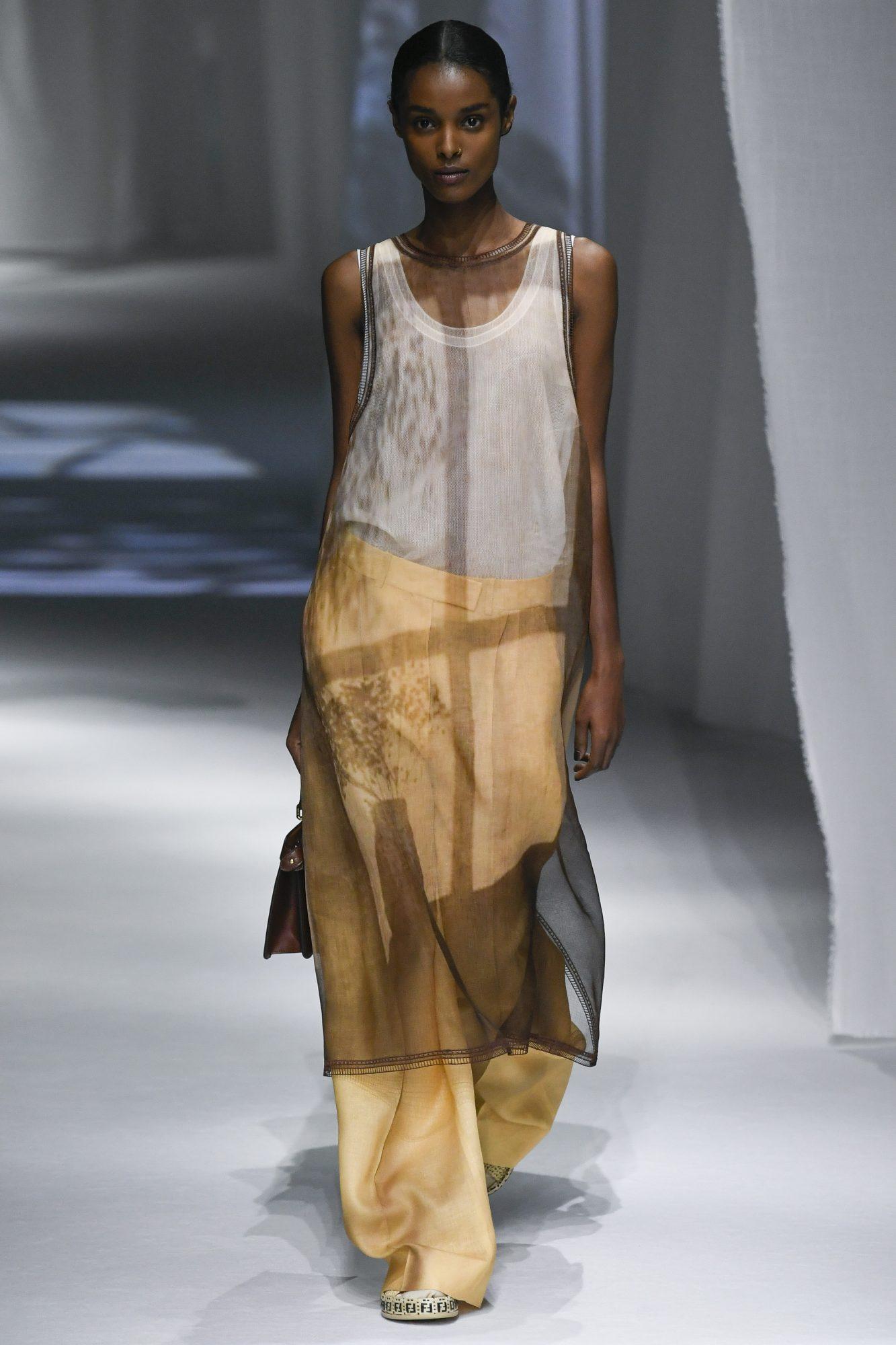 Váy xuyên thấu phối quần ống rộng