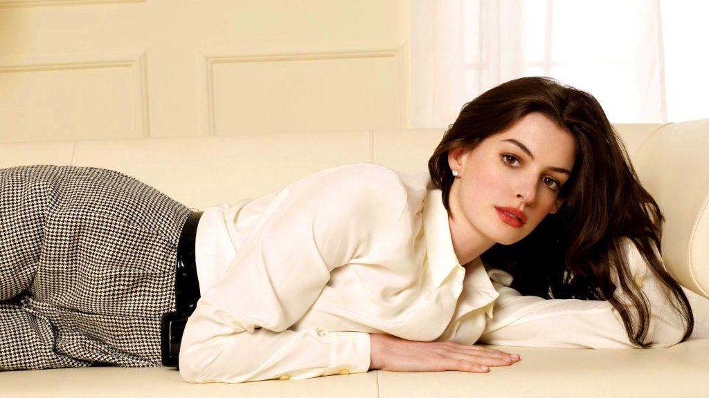 Anne Hathaway luôn để lại ấn tượng khó phai bằng mùi hương hoa hồng