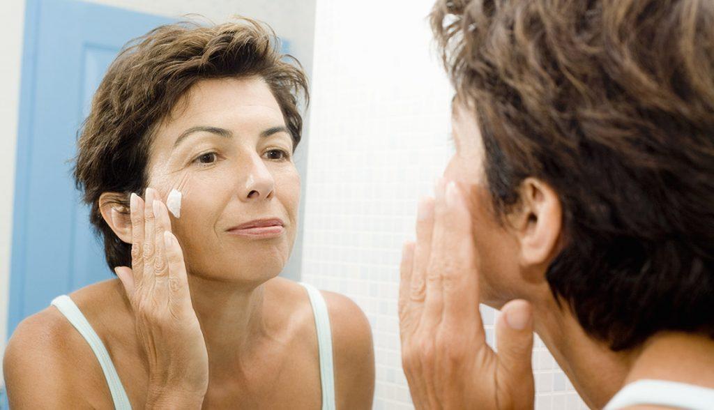 Sữa rửa mặt dịu nhẹ chăm sóc làn da tuổi 50