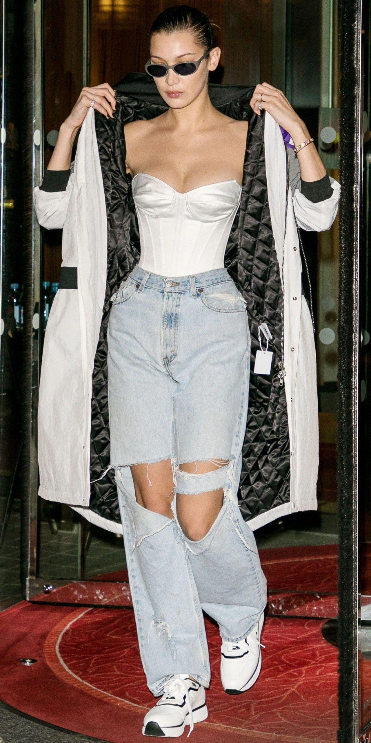 bella hadid mặc corset trắng