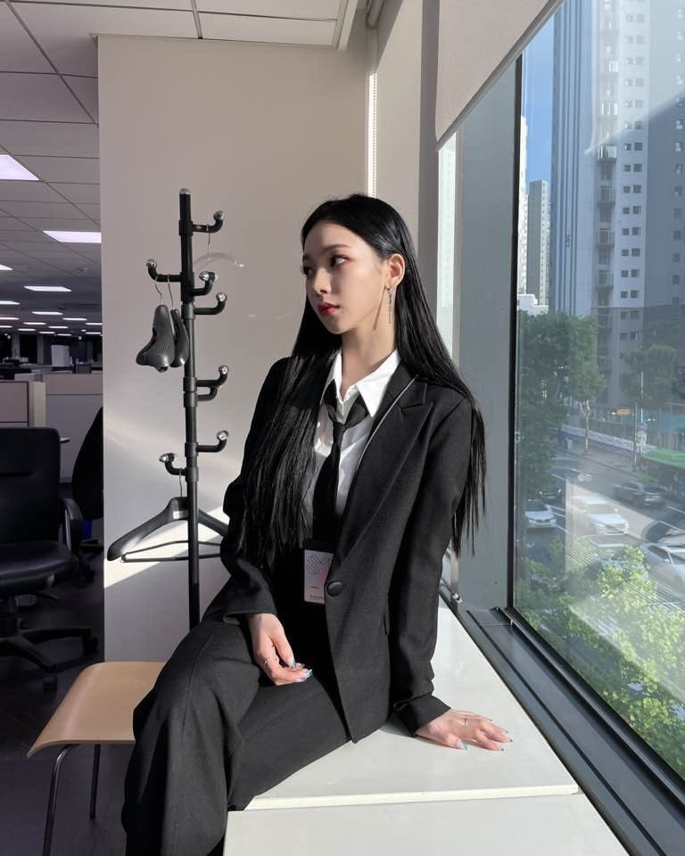 karina aespa mặc suit đen