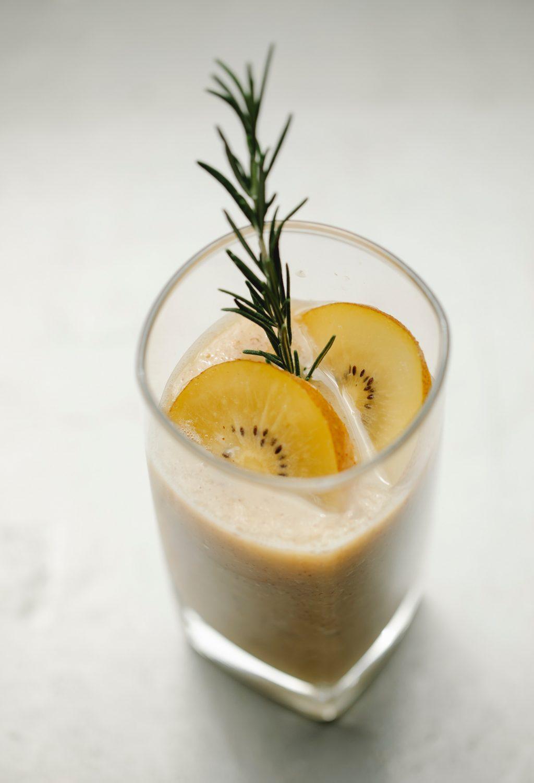 Nước trái cây dưa lưới vàng và kiwi
