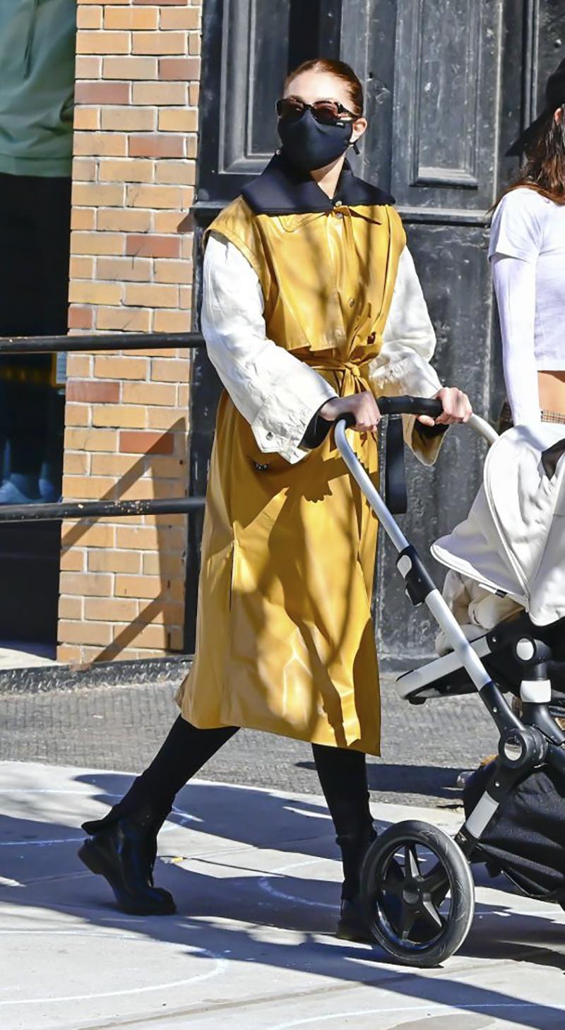 áo khoác da vàng và kính đồi mồi