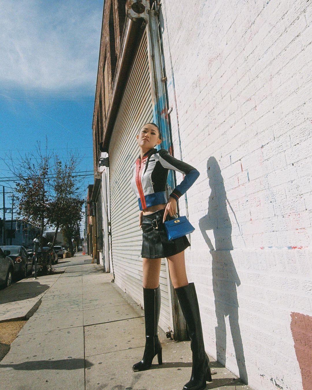 chân váy ngắn phối boots cổ cao