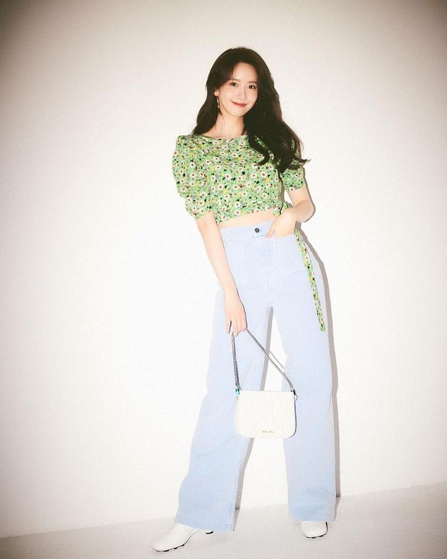 yoona mặc quần jeans rộng che chân vòng kiềng
