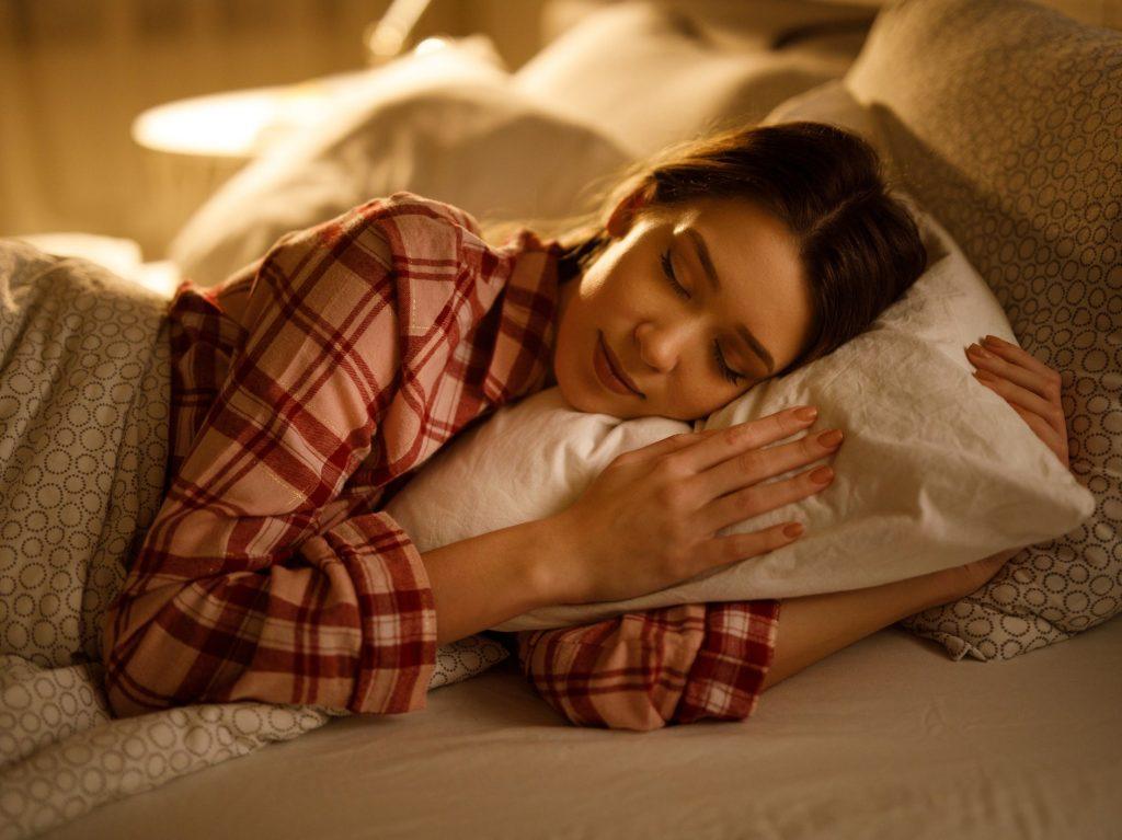 Ngủ đủ giấc để da không stress