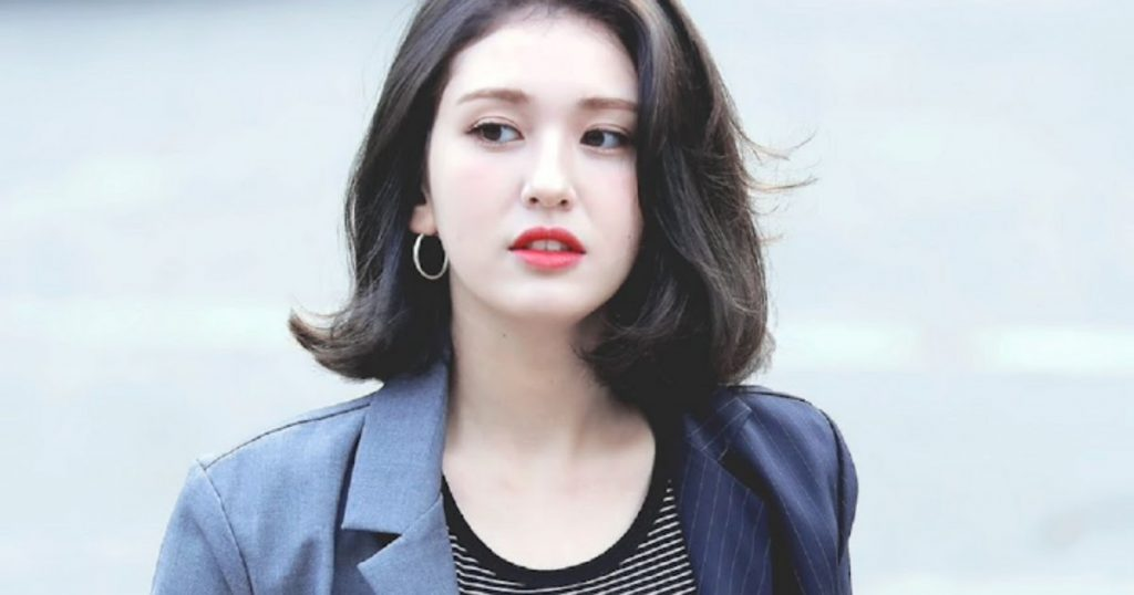 Jeon Somi cắt tóc bob và nhuộm đen.