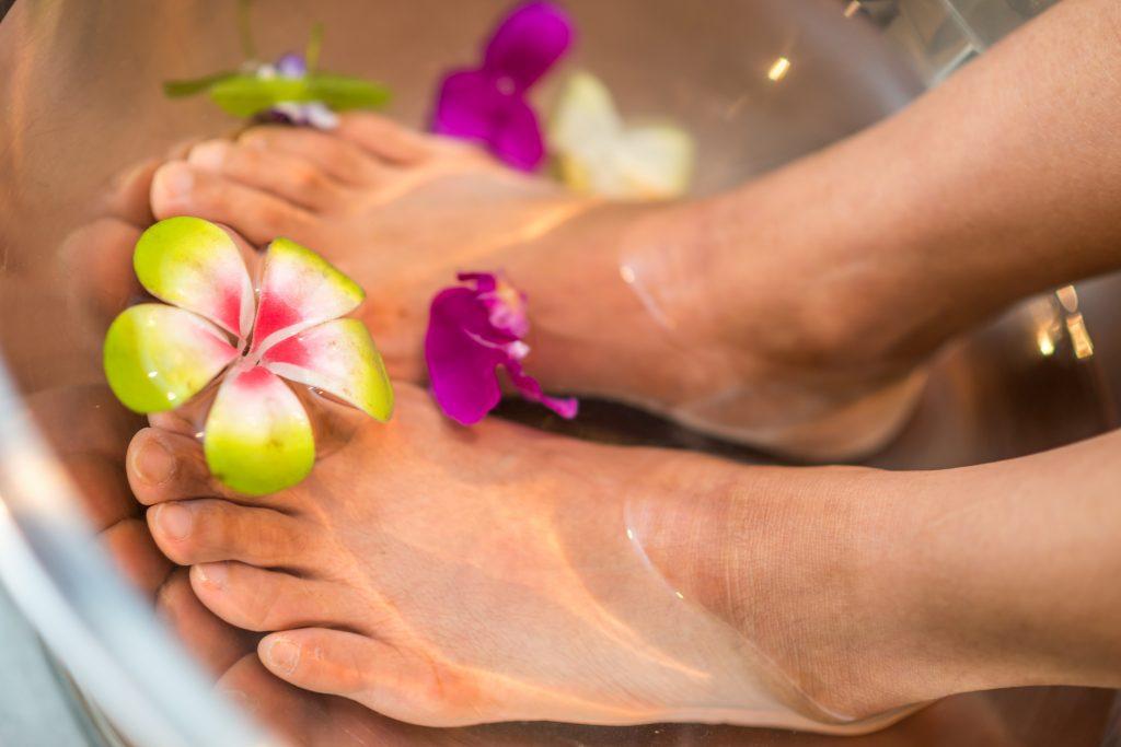 Tẩy tế bào chết bằng giấm giúp chăm sóc bàn chân