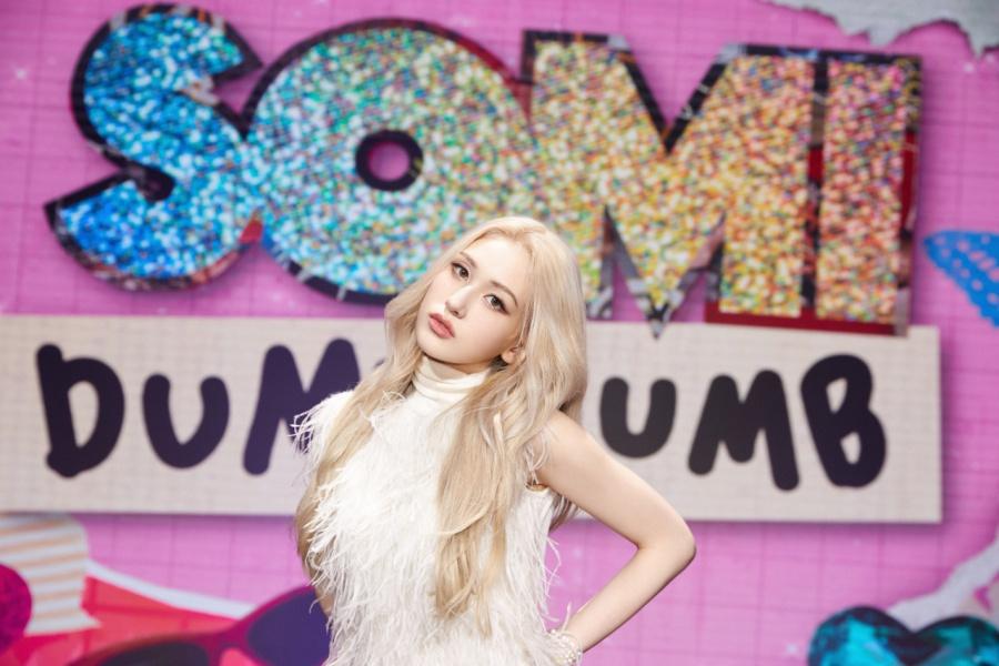 """Jeon Somi trong MV """"Dumb Dumb"""""""