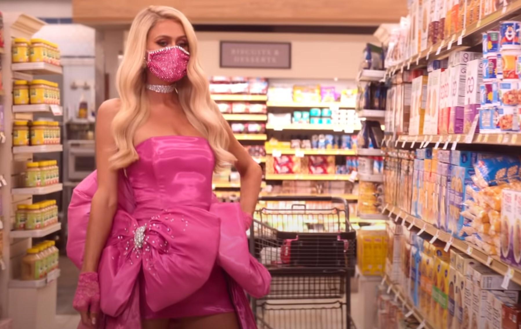 Paris Hilton găng tay và khẩu trang