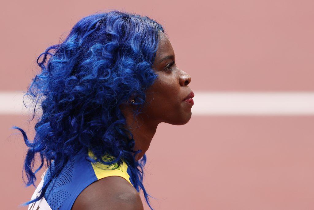 Kiểu tóc uốn lọn màu xanh dương