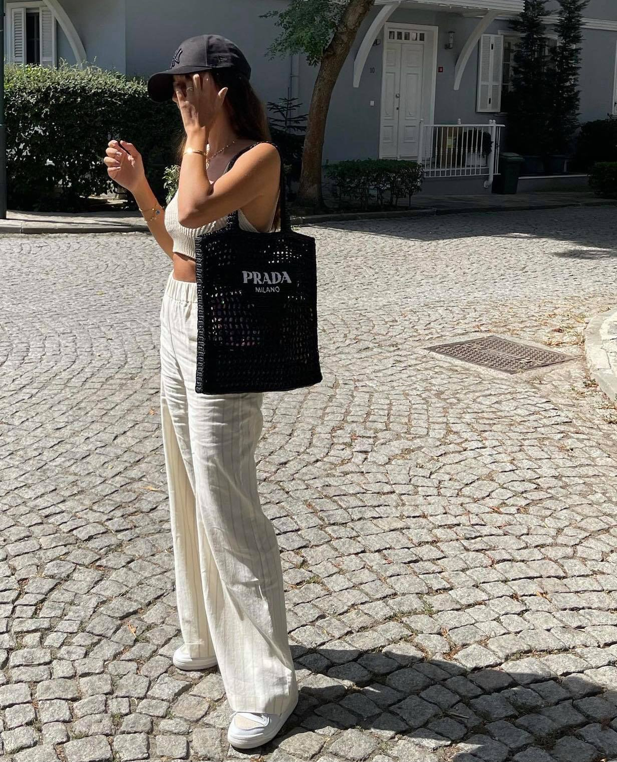 túi black raffia tote bag của Prada