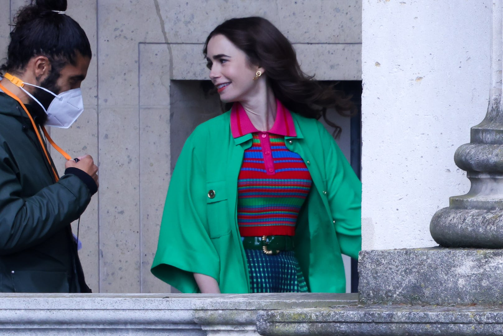 Emily in Paris áo choàng xanh