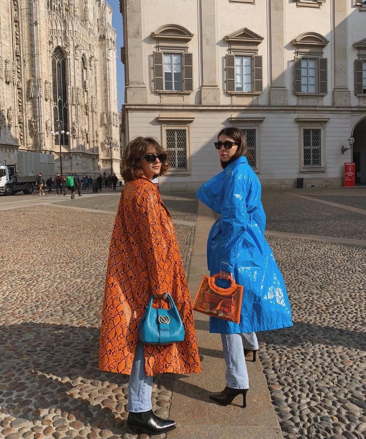 Phối áo khoác cam da rắn cùng túi xách xanh lam
