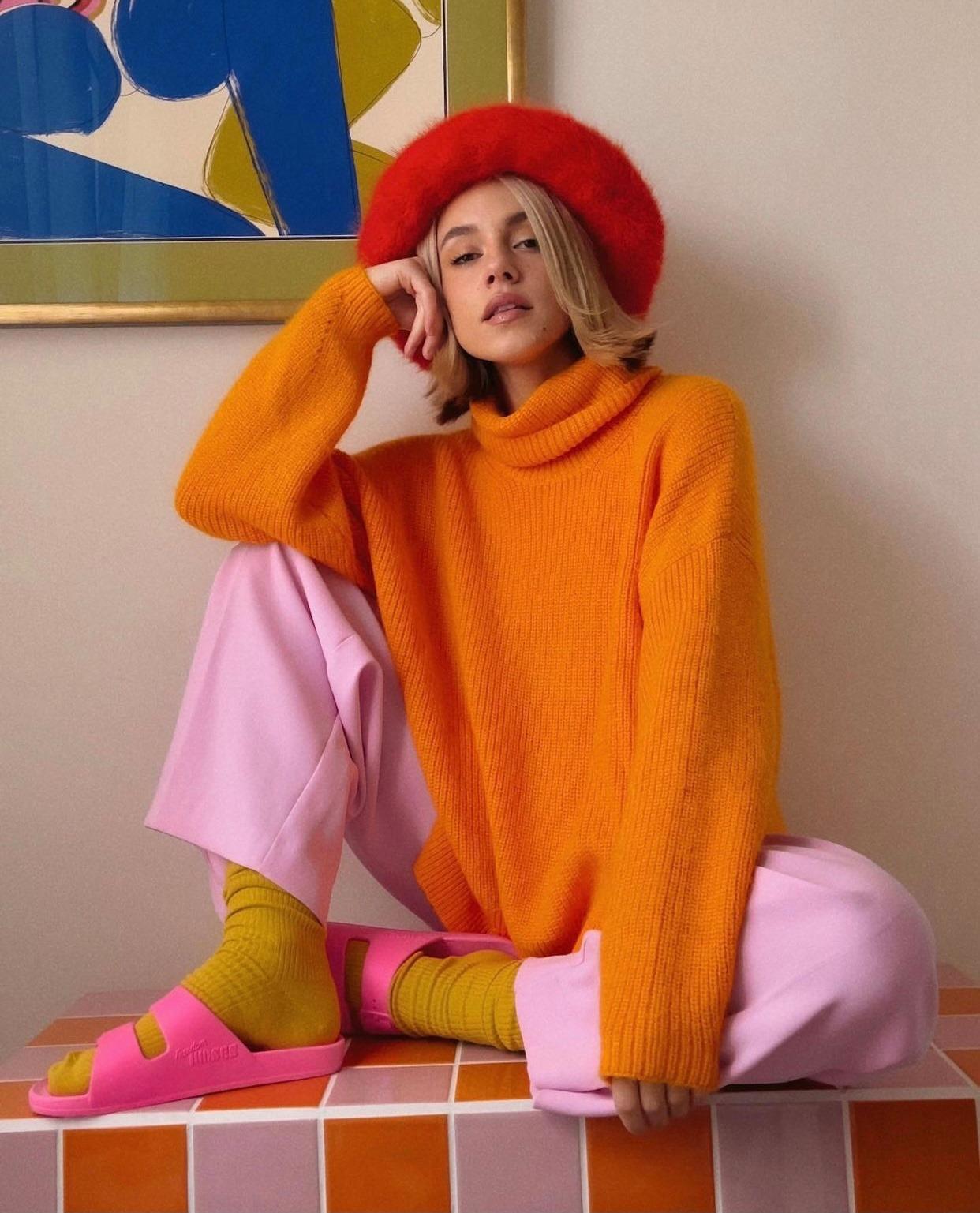 Phối áo len cam đất cùng quần và dép cao su hồng