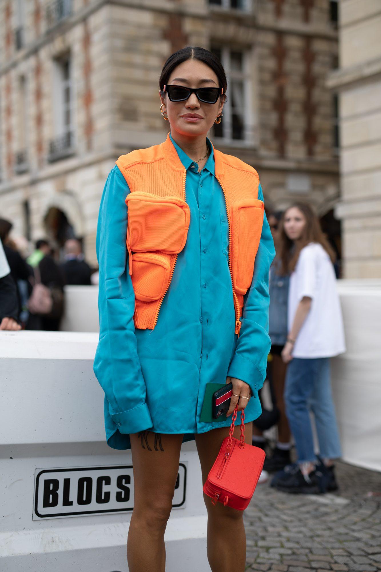 Phối màu trang phục xanh lam và cam
