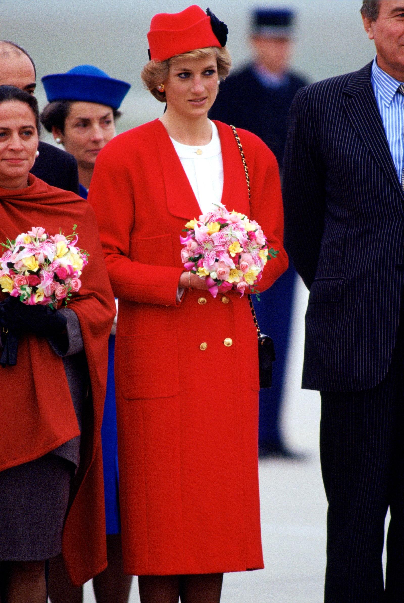 Công nương Diana áo khoác đỏ