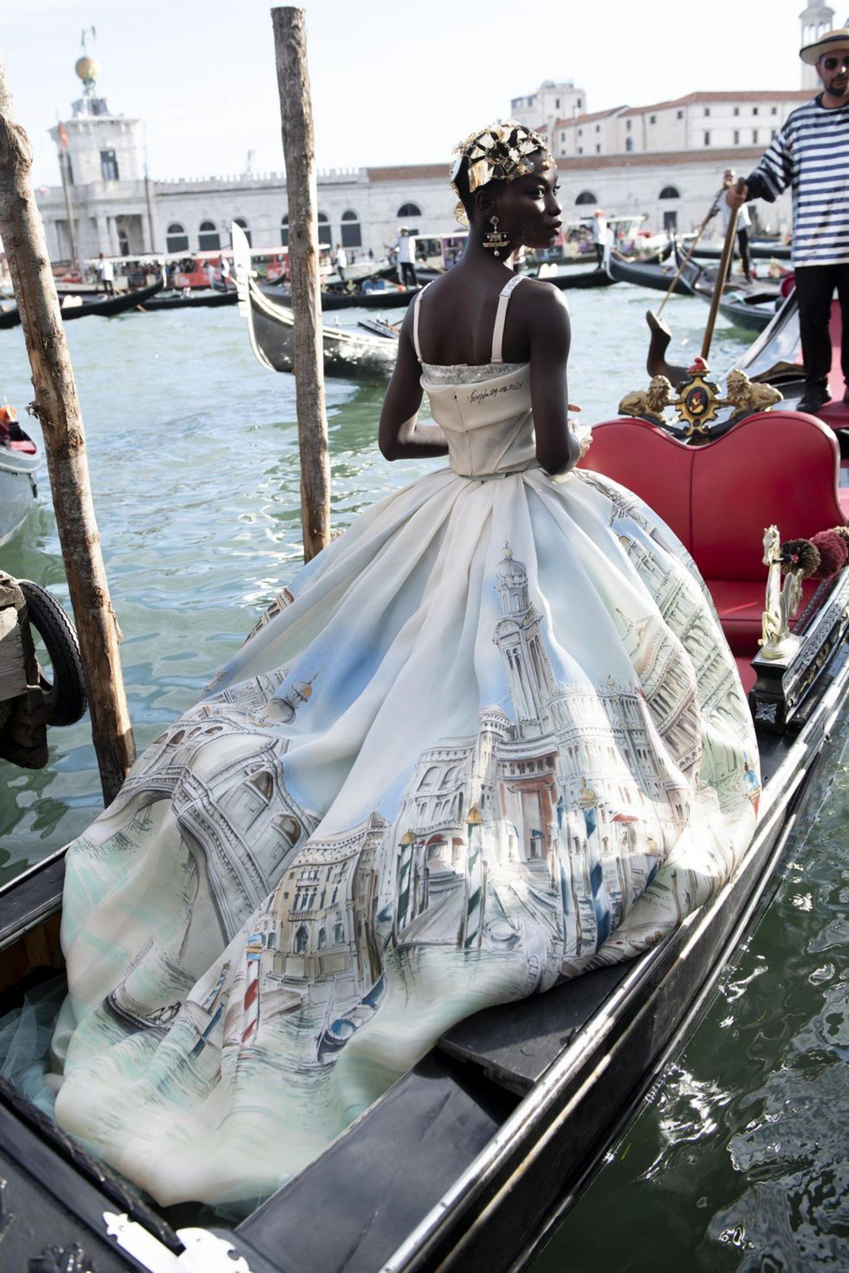 Người mẫu trên thuyền Gondola