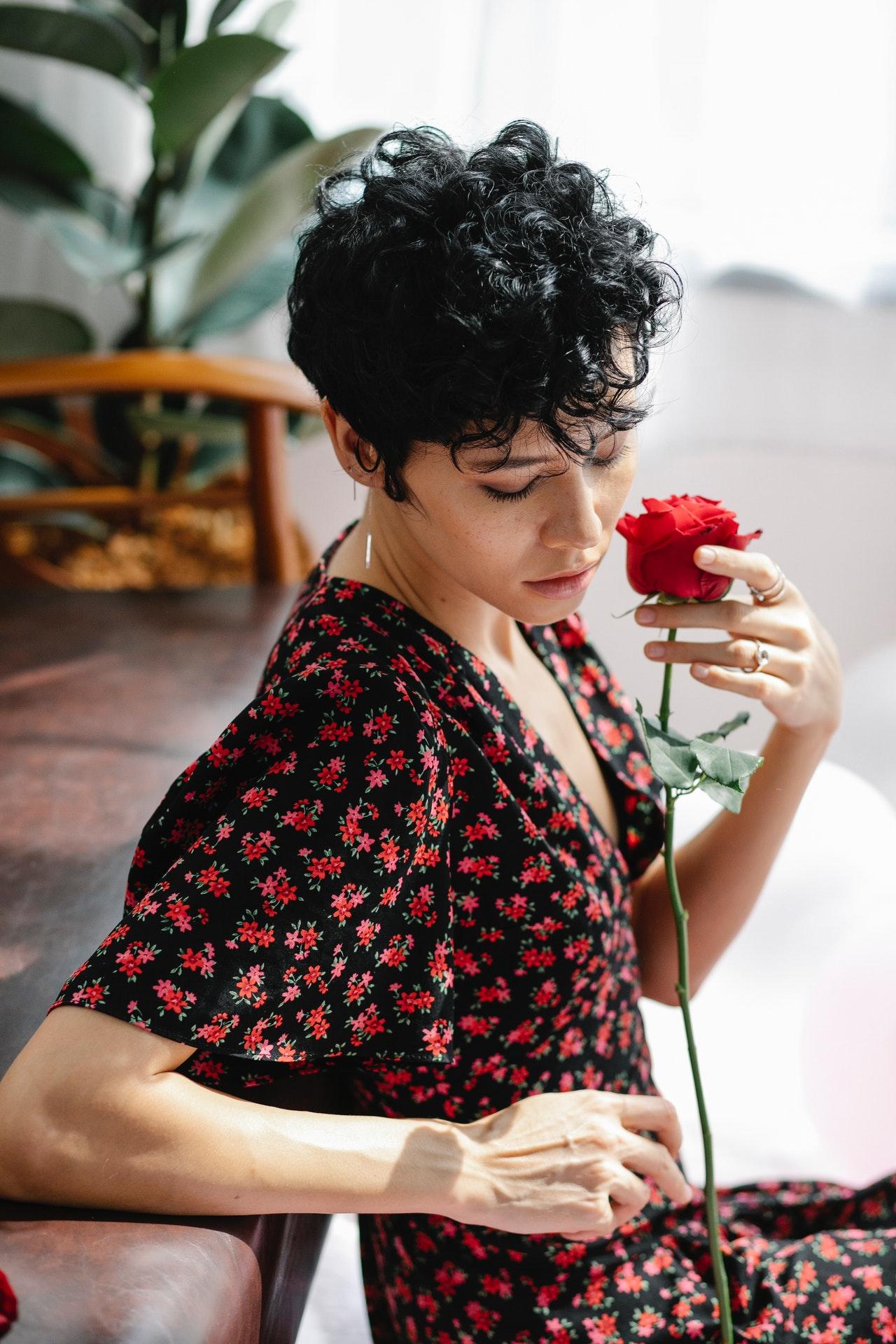 thiên yết hợp với hoa hồng đỏ