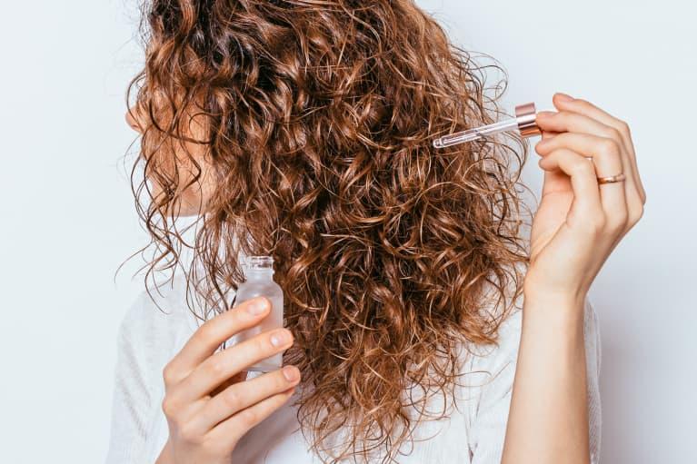 Chăm sóc tóc lão hóa bằng dầu dưỡng.