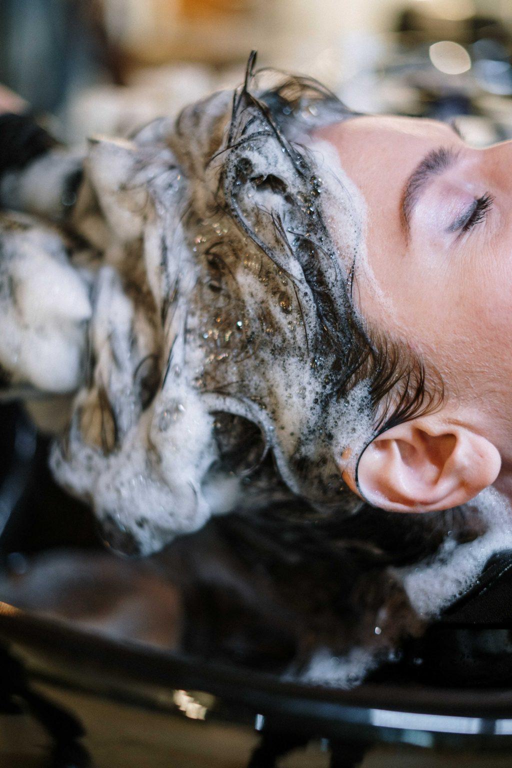 Lựa chọn sản phẩm phù hợp giúp chăm sóc tóc lão hóa.