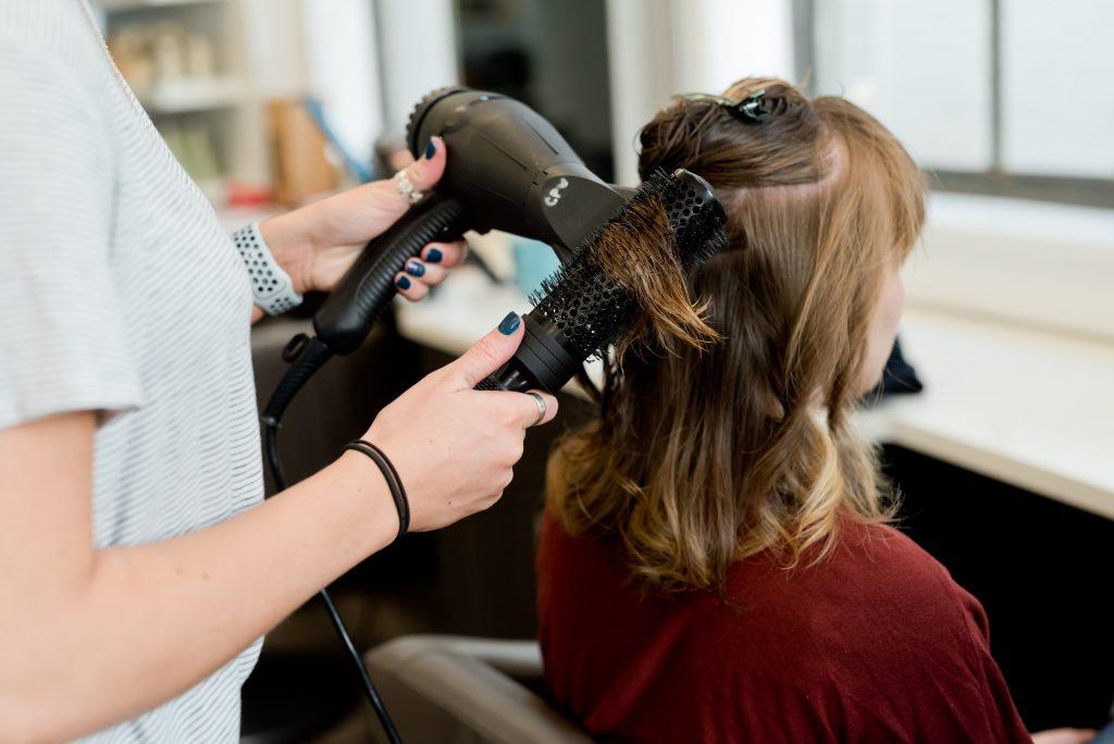 Hạn chế tạo kiểu giúp tóc chắc khỏe.