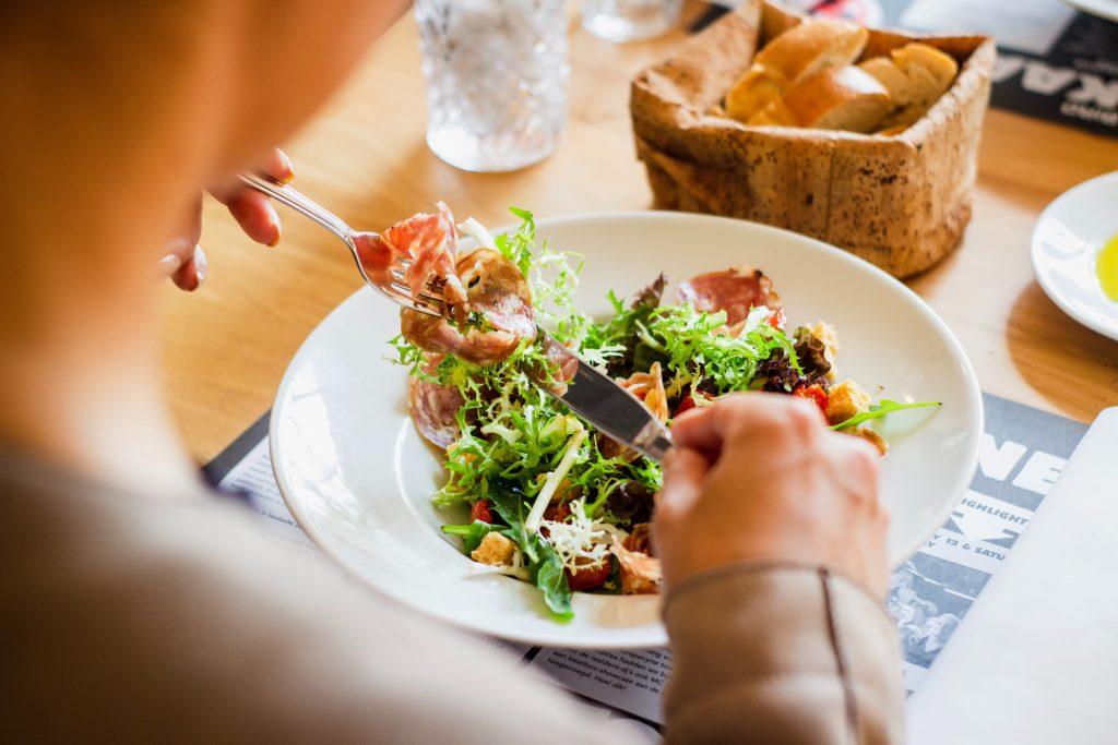 Chế độ ăn uống hạn chế tăng cân mùa dịch