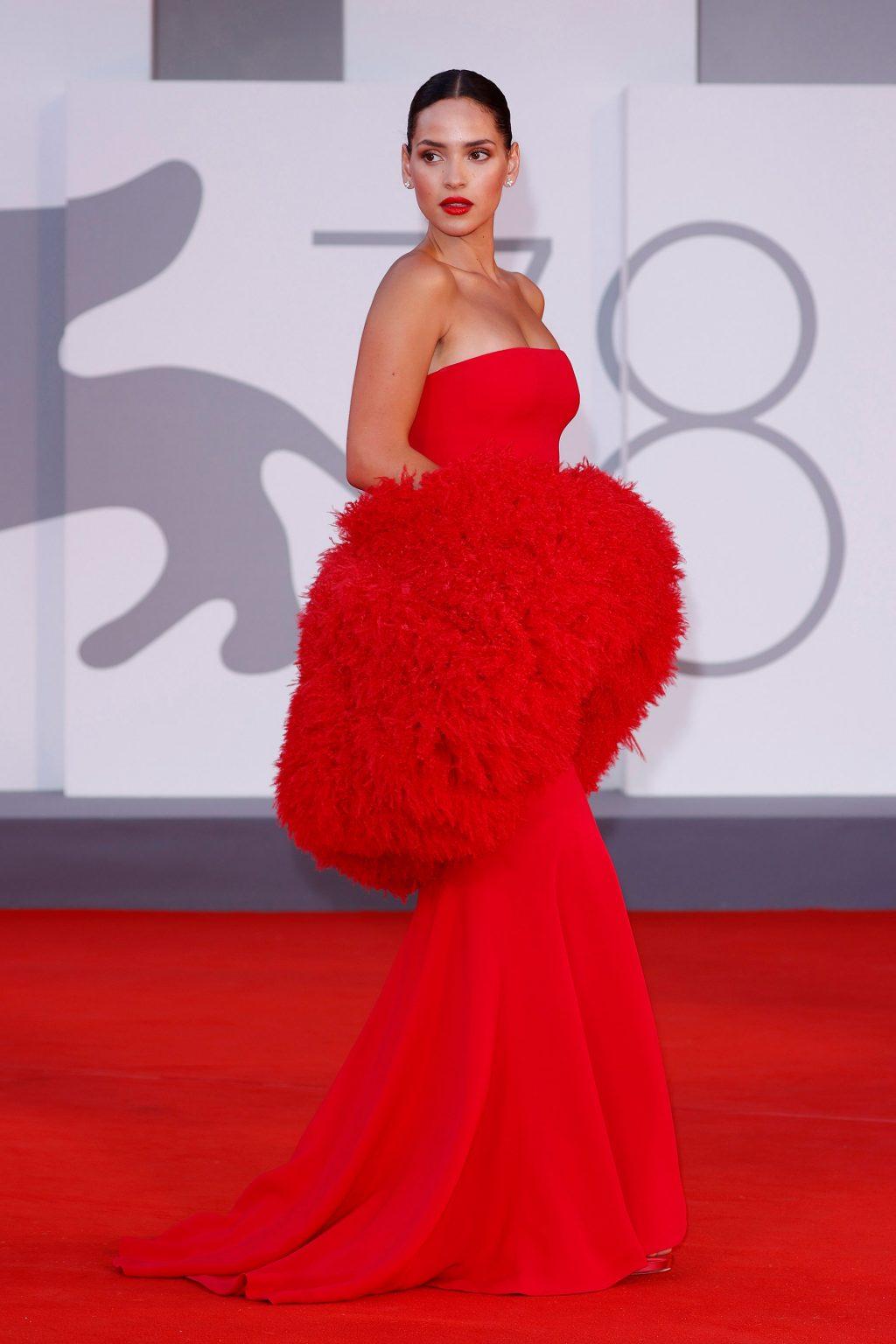 Phong cách trang điểm Adria Arjona .