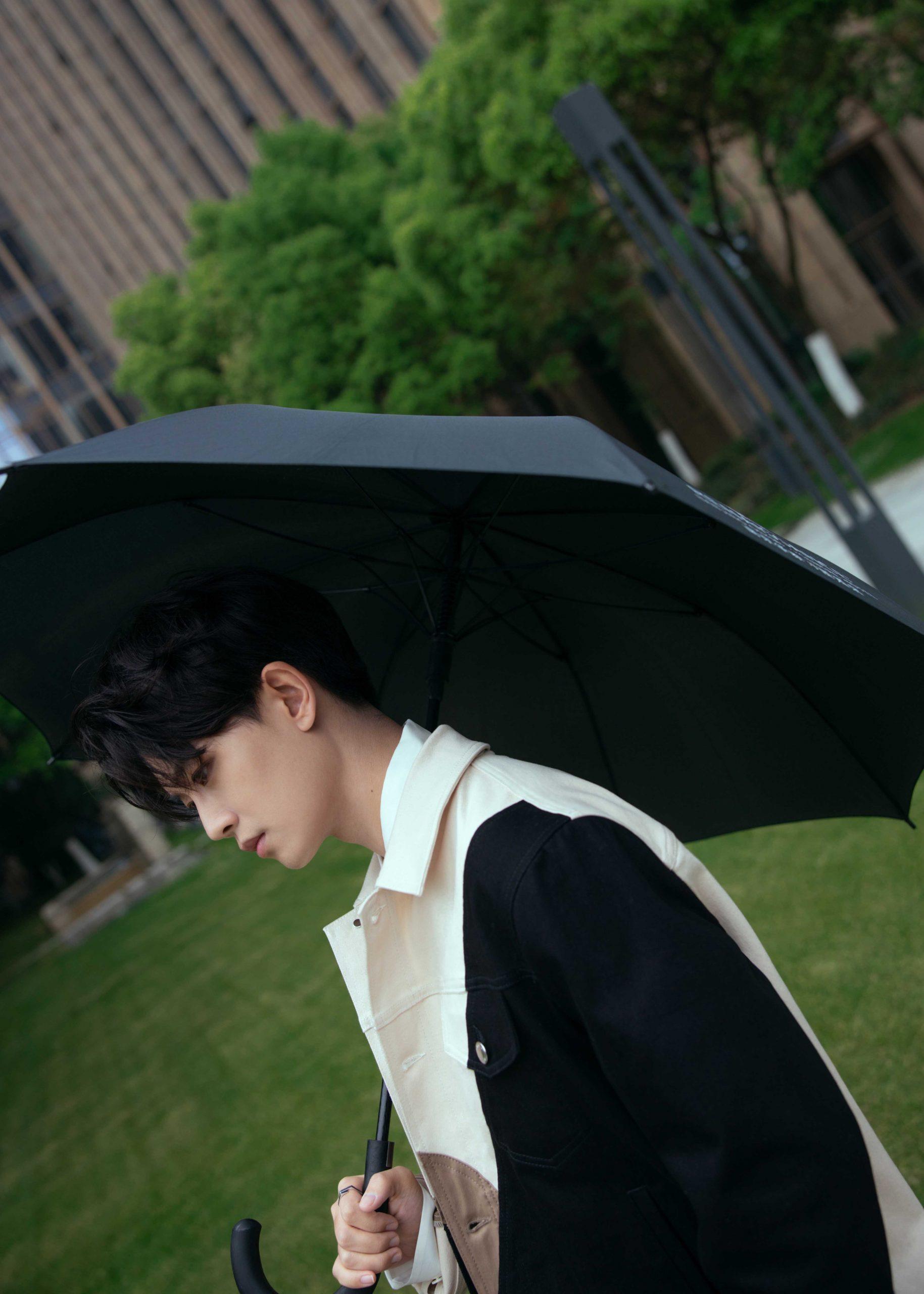 nhậm gia luân cầm dù