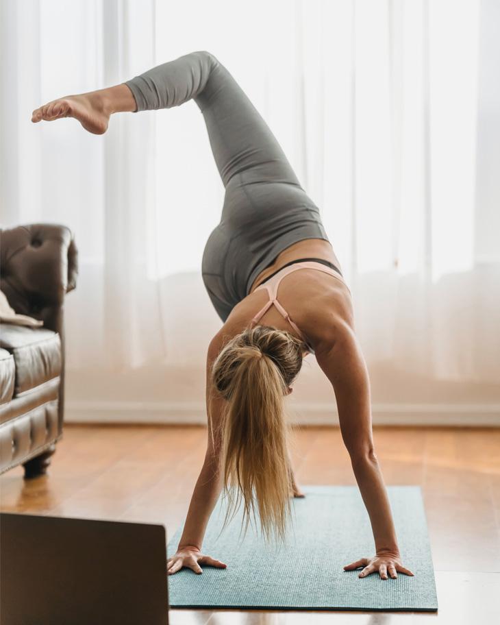 Sử dụng thảm yoga khi tập luyện để hạn chế tổn thương