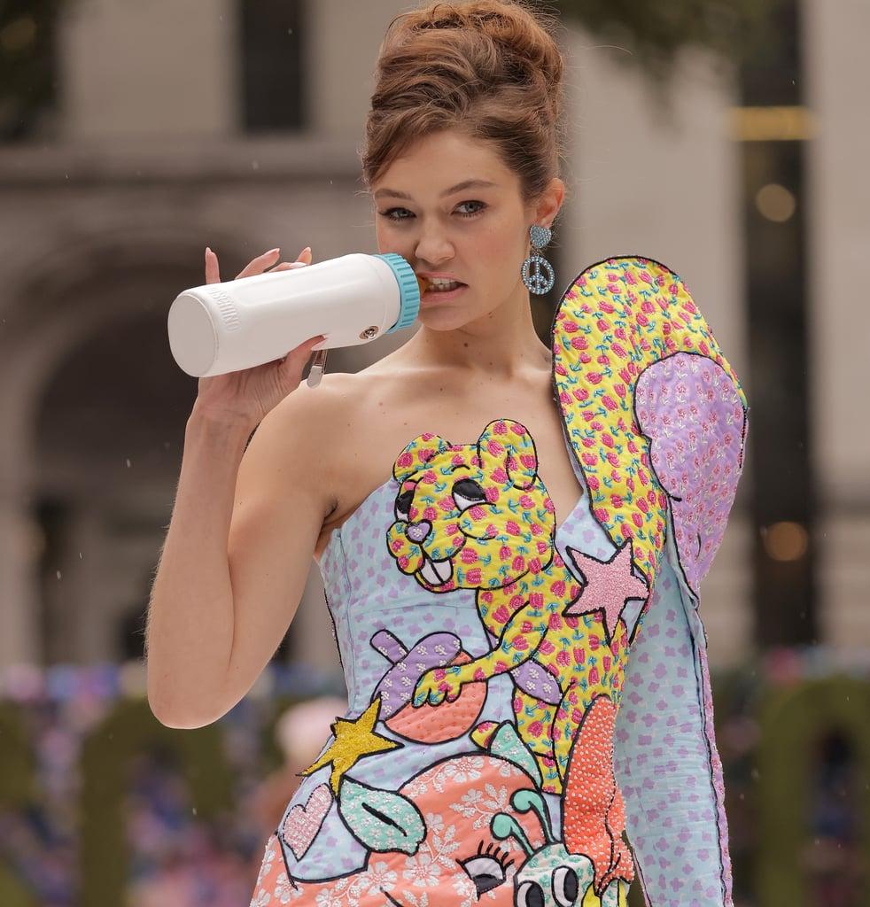 Gigi Hadid ngậm bình sữa